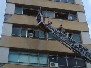 Bombeiros fazem trabalho de rescaldo no Edifício Breda (Foto: José Carlos/Arquivo Pessoal)