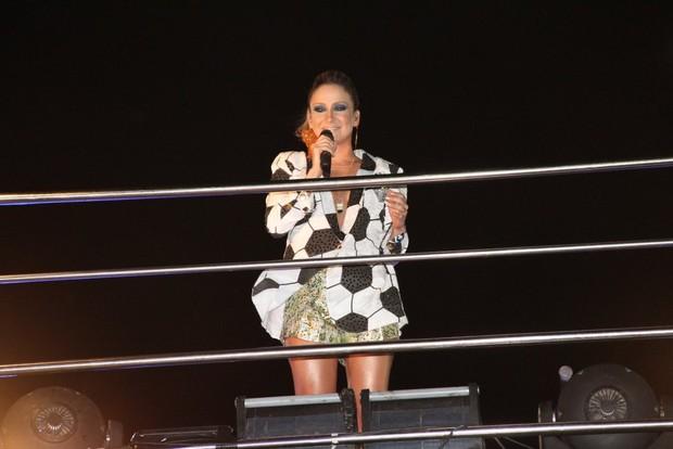Claudia Leitte no trio em Salvador (Foto: Wallace Barbosa e Dilson Silva / AgNews)