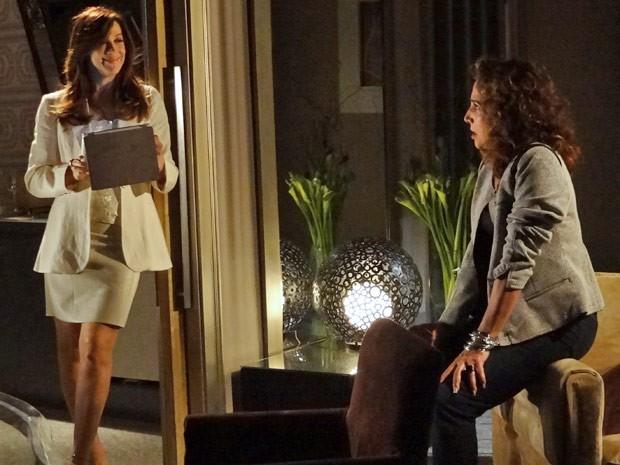 As comparsas conversam sobre os planos de viagiar o advogado (Foto: Salve Jorge/TV Globo)