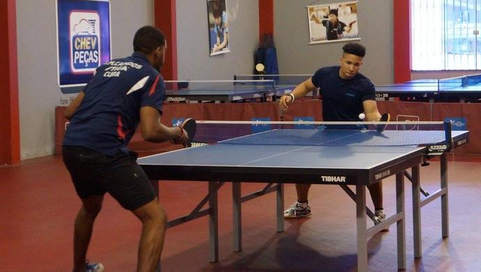 Jorge Campos e Andy Pereira, atletas da seleção de Cuba de Tênis de Mesa (Foto: Divulgação/FATM)