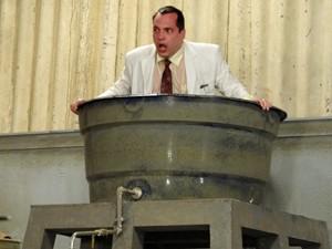 Nenê se esconde na caixa d'água para escapar (Foto: Guerra dos Sexos/TV Globo)