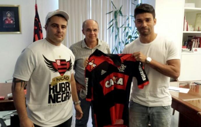 Eduardo da Silva e Eduardo Bandeira de Mello (Foto: Reprodução / Site oficial Flamengo)