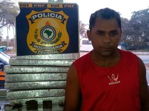 Maconha e preso foram encaminhados para a Delegacia de Plantão da Zona Sul de Natal  (Foto: Divulgação/PRF)