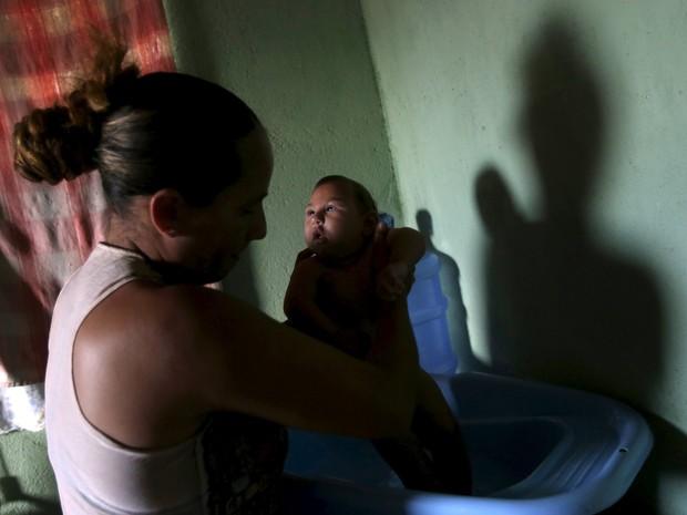 Josemary da Silva, de 34 anos, dá banho em Gilberto, seu filho de 5 meses que nasceu com microcefalia  (Foto: Reuters/Ricardo Moraes)