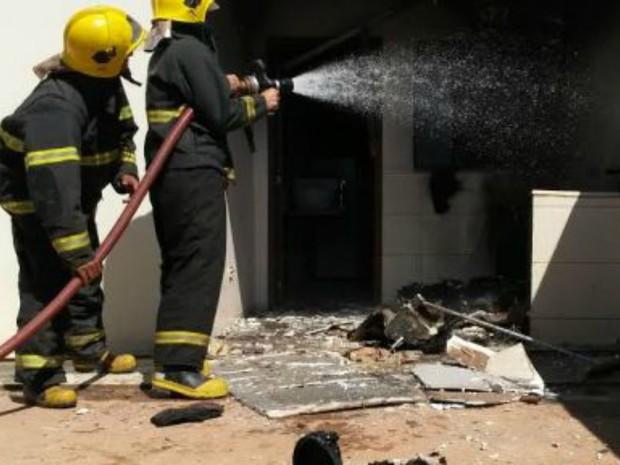 Fogo destruiu parte da casa em Rolim de Moura, RO (Foto: Alerta Rolim/Reprodução)