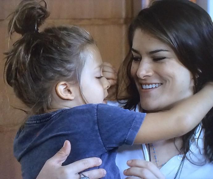 Priscila Fantin e o filhinho Romeu (Foto: TV Globo)