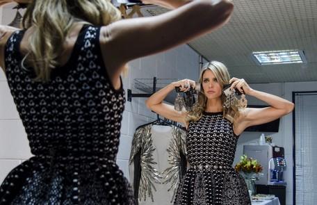 A apresentadora testa os brincos antes de entrar no palco Ellen Soares/ TV Globo