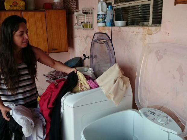Adriana precisou comprar um tanquinho para dar conta das pilhas de roupas sujas que se acumulam (Foto: Natália de Oliveira/G1)