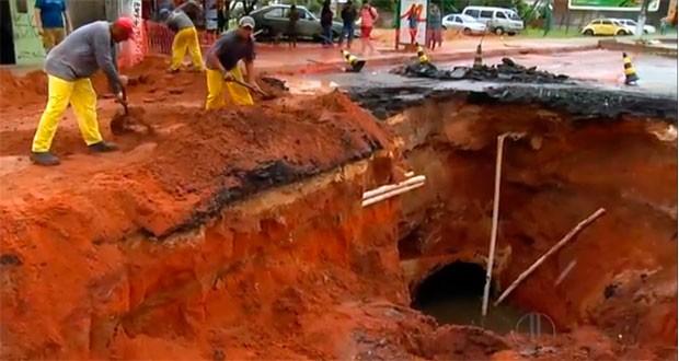 Cratera foi aberta na Av. João Medeiros Filho, próximo ao viaduto de Igapó (Foto: Reprodução/Inter TV Cabugi)