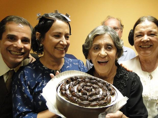 Emocionada, Laura Cardoso posa para a câmera do site (Foto: Gabriela / TV Globo)