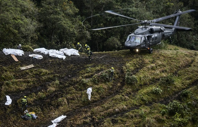 Chapecoense acidente resgate helicóptero (Foto: AFP)