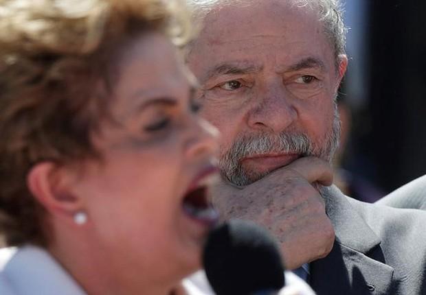 O ex-presidente Luiz Inácio Lula da Silva ao lado de Dilma Rousseff, no discurso de despedida dela do Planalto, após impeachment (Foto: Ueslei Marcelino/Reuters)