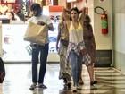 Chay Suede e Laura Neiva fazem compras juntos no Rio