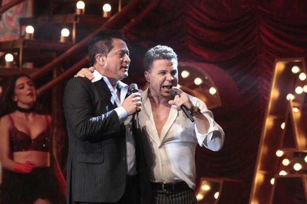 Leonardo e Eduardo Costa em show na Zona Oeste do Rio (Foto: Isac Luz/ EGO)