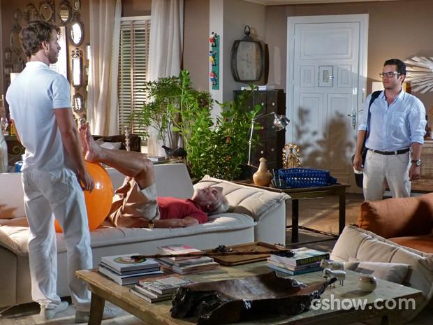 Felipe encontra Gabriel em sua casa fazendo fisioterapia em Benjamin (Foto: Em Família/ TV Globo)