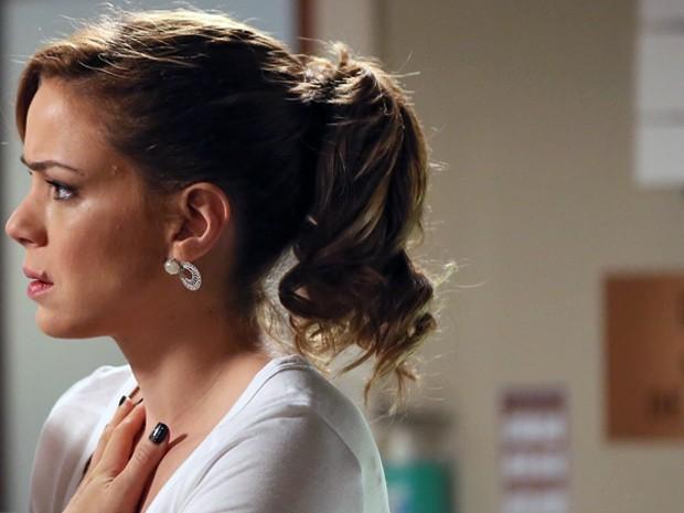 Cristina fica em choque ao receber a notícia (Foto: Isabella Pinheiro/ Gshow)