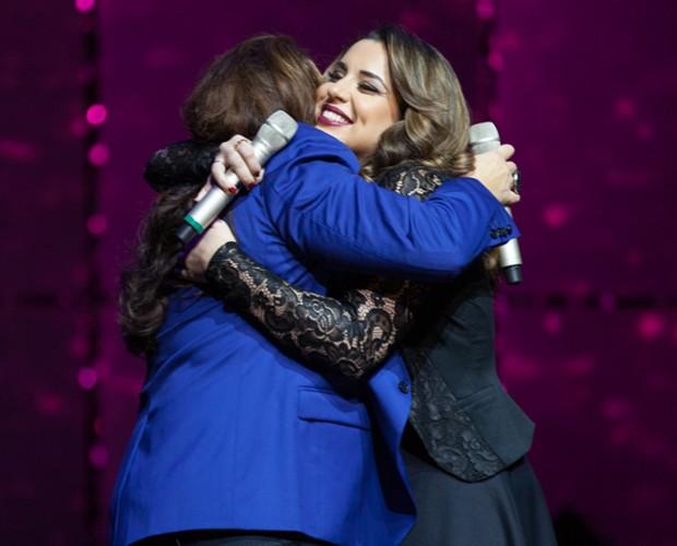 Ana Carolina dá um forte abraço em Rosana Chayin durante o show (Foto: Fabiano Battaglin / Gshow)