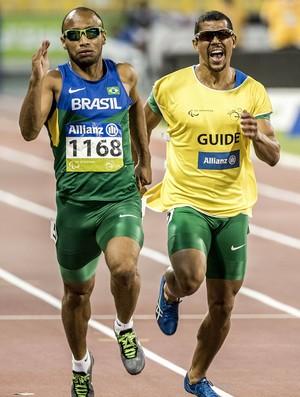 Guia de Felipe Gomes, Jorge Pereira Borges passa instruções ao atleta na final dos 200m T11 do Mundial de Doha, no Catar (Foto: Daniel Zappe/MPIX/CPB)