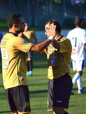 Rafinha Stocco e George comemoram o gol da vitória capixaba (Foto: Joaquim Azevedo/JornalF7.com)
