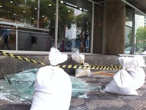Alvo de protesto, banco na Praça da República amanhece com portas de vidro quebradas (Foto: Letícia Macedo/ G1)