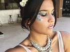 Giulia Costa usa fantasia de sereia para curtir bloco no Rio