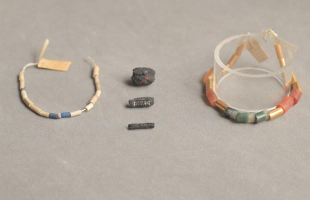 Colar de 5 mil anos tem, entre suas contas, esferas de ferro meteorítico. (Foto: UCL/Divulgação)