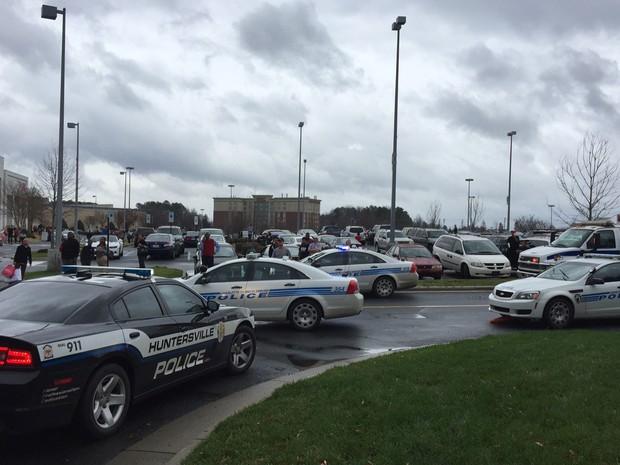 Carros de polícia são vistos do lado de fora do Northlake Mall, em Charlotte, após tiros terem sido disparados no shopping, na quinta (24) (Foto: AP Photo/Steve Reed)