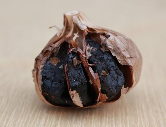 O alho negro é o resultado de maturação do alho roxo (normal). Ele adquire sabor trufado, adocicado e de coloração preta. (Foto: Patricia Stavis / Revista ÉPOCA)