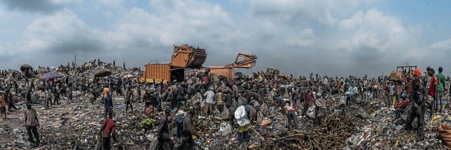 Lagos, Nigéria Cerca de 4 mil catadores trabalham no aterro de Olusosun, que recebe cerca de 5.000 toneladas de lixo por dia. A vida deles consiste em garimpar no meio da sujeira, expostos a mau cheiro, ratos e baratas (Foto: Kadir van Lohuizen / NOOR)