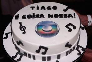 Tiago ganhou um bolo pelo aniversário (Foto: Salve Jorge/TV Globo)