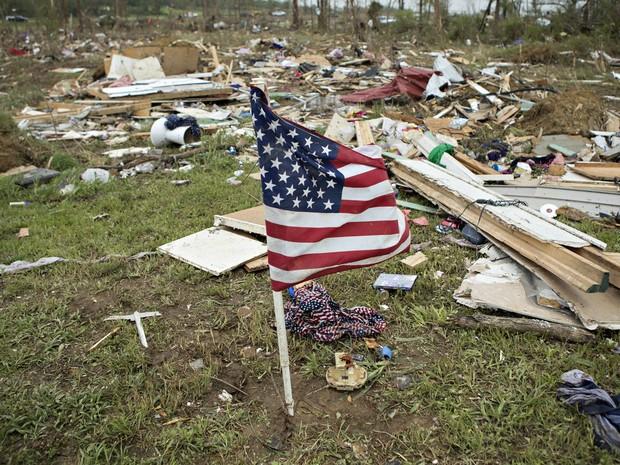 bandeira norte-americana resistiu a passagem do tornado no Arkansas (Foto: Wesley Hitt/Getty Images/AFP)