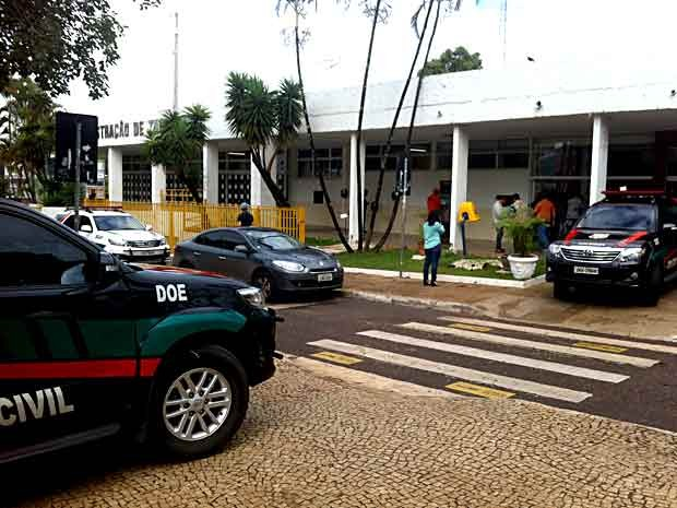 Carros da polícia se concentram em frente à administração de Taguatinga; administrador está foragido, diz polícia (Foto: Lucas Salomão/G1)