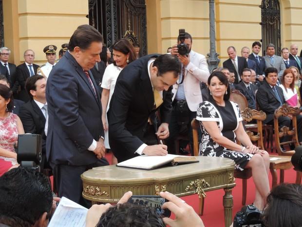 Paulo Câmara e João Lyra assinam termo de Transmissão de Posse (Foto: Katherine Coutinho/ G1)