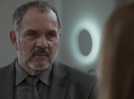 Teaser 13/2: Carol provoca Arthur e ouve o que não queria