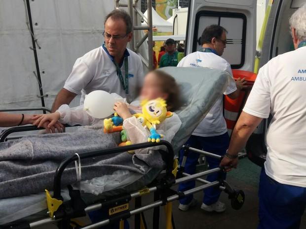 Menina é transferida para o Hospital Lourenço Jorge após ficar ferida em acidente com câmera no Parque Olímpico (Foto: Cristina Boeckel / G1)