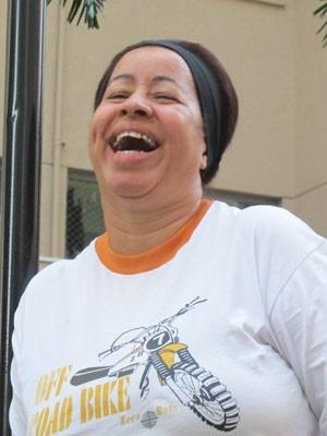 Aparecida Maria Silva da Gama mudou o horário de entrar no trabalho por causa da nova lei (Foto: Fabíola Glenia/G1)