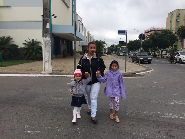 Mãe protege filhas para que elas fiquem doentes em Aparecida de Goiânia, Goiás (Foto: Paula Resende/ G1)