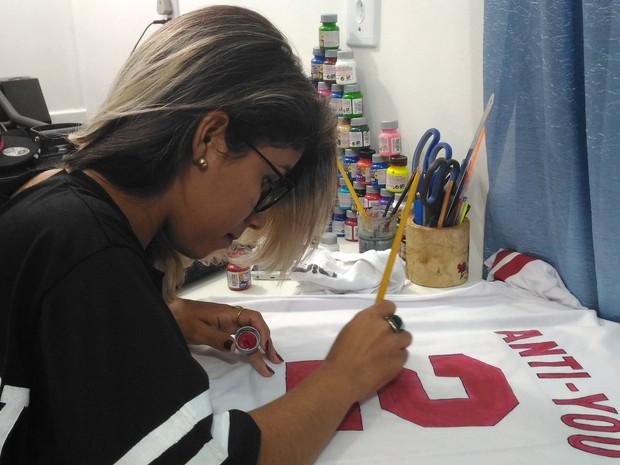Ana Paula Diniz vende cerca de 200 camisetas por mês (Foto: Marco Bernardi/G1)