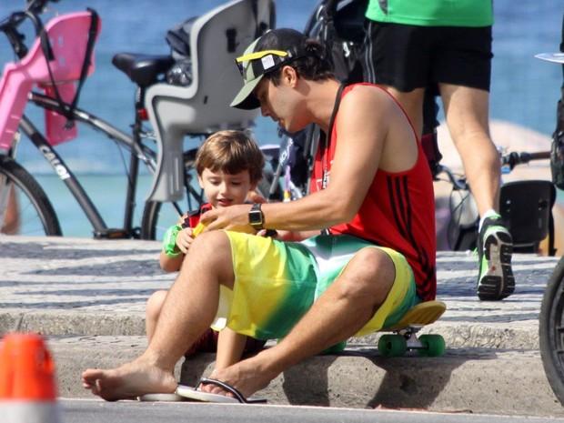 Thiago Rodrigues e o filho no Rio (Foto: J.Humberto/AgNews)