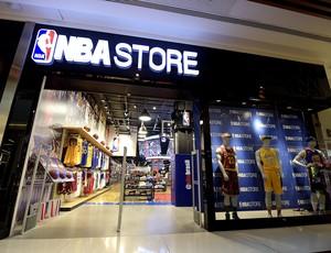 a96d18fc80 Entrada da loja oficial da NBA no Barrashopping (Foto  Alexandre  Loureiro Divulgação