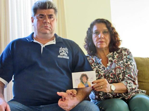 Vanderlan e Susana Paschoali, pais de Artur, seguram foto do filho sumido no Peru em 2012 (Foto: Isabella Formiga/G1)