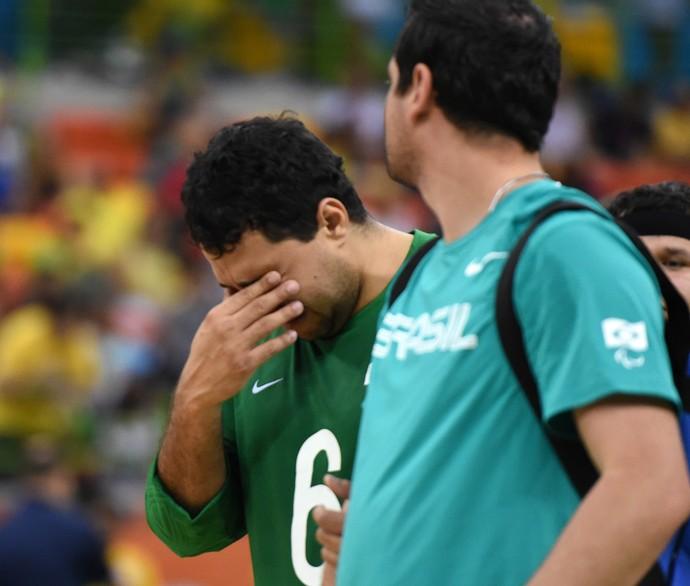 Romário lamenta após a derrota da seleção brasileira de goalball para os Estados Unidos (Foto: André Durão)