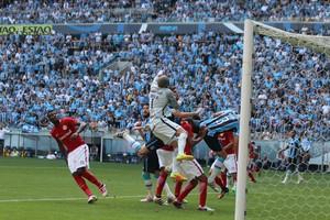 Goleiro do Internacional, Danilo Fernandes faz defesa em Gre-Nal 411  (Foto: Diego Guichard/GloboEsporte.com)