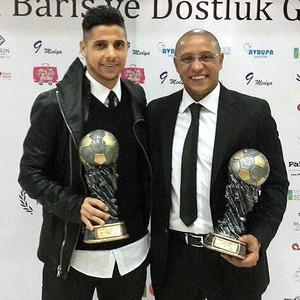 Cicinho e Roberto Carlos, na premiação do Campeonato Turco (Foto: Divulgação)