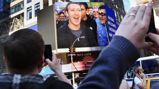 CEO do Facebook é visto em uma tela localizada na Times Square. Foram transmitidas cenas dos escritórios do Facebook em Menlo Park, na Califórnia, durante a estreia da rede social na bolsa (Foto: Shannon Stapleton/Reuters)