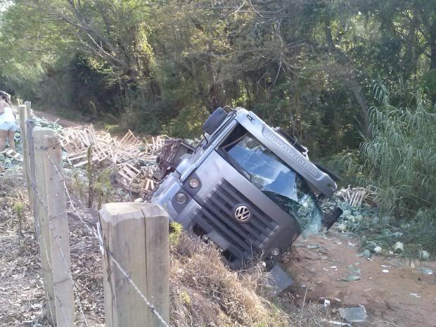 Caminhão cai em ribanceira em Votorantim (Foto: Carlos José Justino/TEM Você)