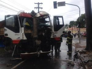 Bitrem desgovernado provocou os acidentes (Foto: Carla Monteiro / G1)
