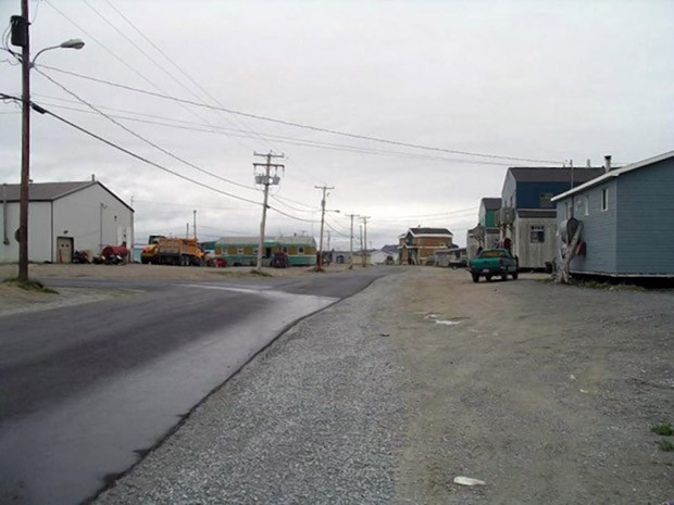 A pequena cidade de Tasiujaq, no Canadá, onde a jovem de 17 anos foi detida por perturbação da ordem em 2011 (Foto: Reprodução / Wikipedia)