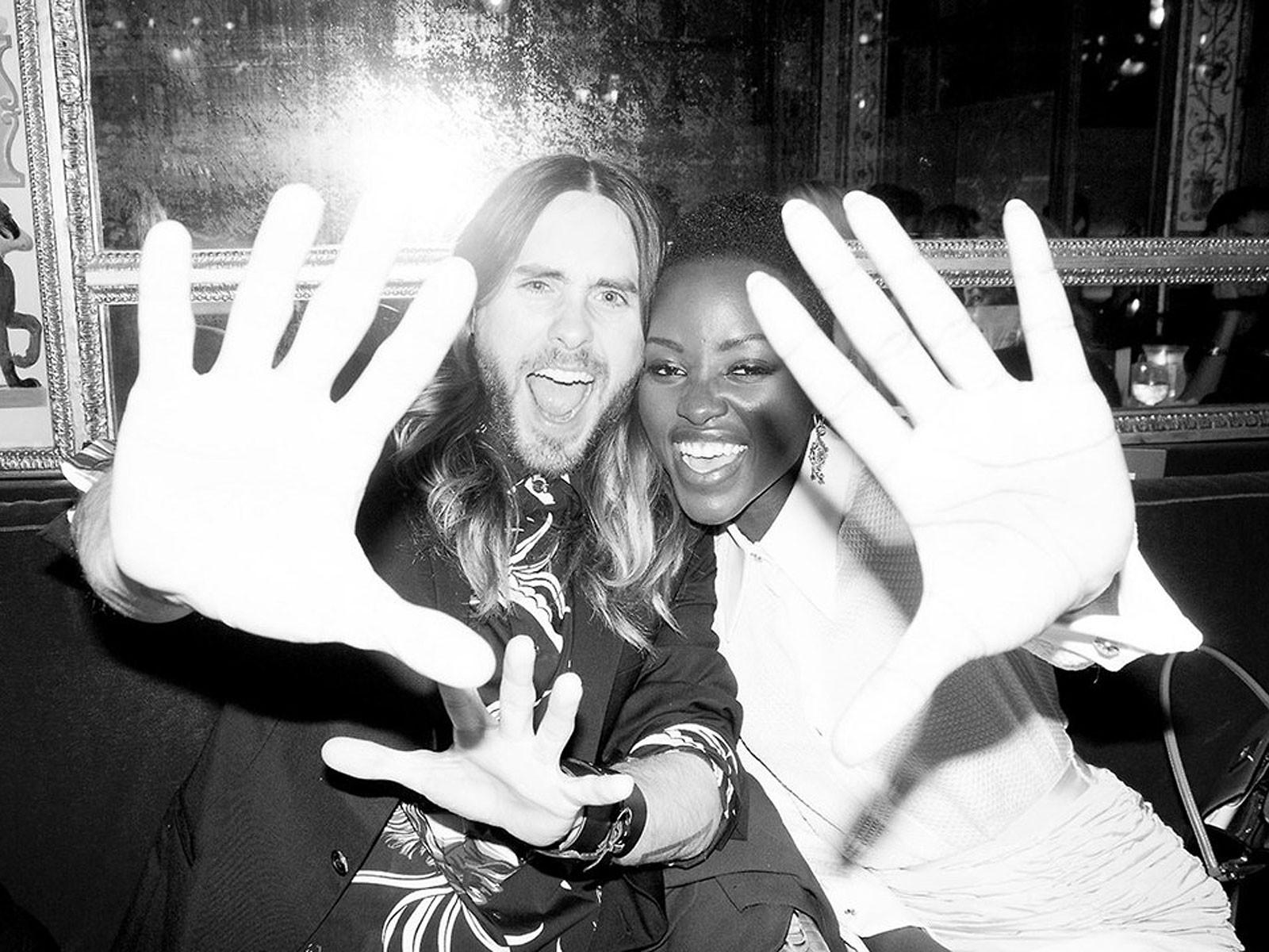 Namoro ou amizade? Fotógrafo Terry Richardson posta imagens de Jared Leto e Lupita Nyong'o em Paris