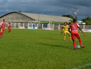 Luiz Gustavo, volante do Vilhena, em jogo contra o Genus (Foto: Eliete Marques)